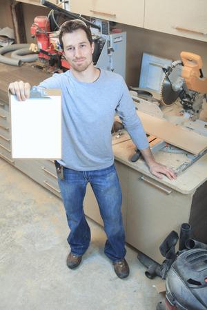 trabajando duro: Un carpintero trabajando duro en la tienda