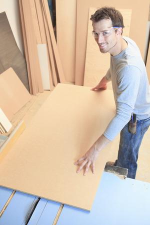 trabajando duro: Un carpintero que trabaja duro en la worksop