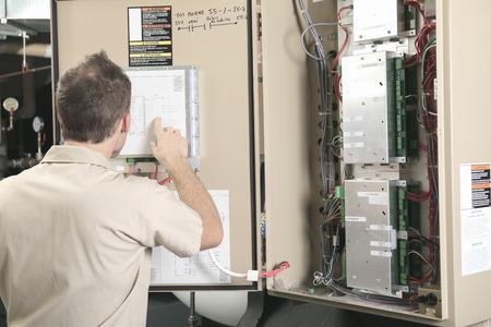 A Air Conditioner Repair Man at work 版權商用圖片