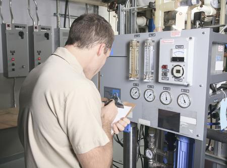 Un Climatiseur Repair Man au travail Banque d'images