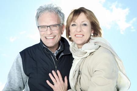 mujeres ancianas: Retrato de la feliz pareja senior en temporada de invierno Foto de archivo