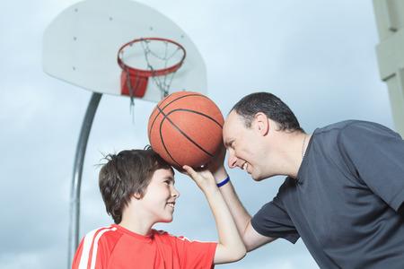 若い男の子のバスケット ボールの楽しみを持っています。 写真素材
