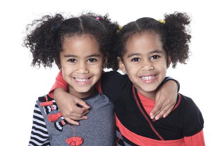black girl: Twin Entzückendes afrikanisches kleines Mädchen mit schönen Frisur getrennt über Weiß