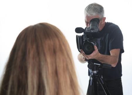 hombre disparando: Un hombre de la c�mara de grabar un v�deo para su compa��a