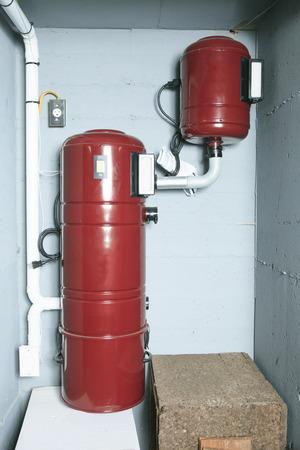 air cleaner: Un sistema de filtro de aire rojo en el pa�s. Foto de archivo