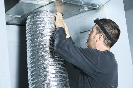 Vérifier Un nettoyeur de ventilation pour la poussière sur elle. Banque d'images