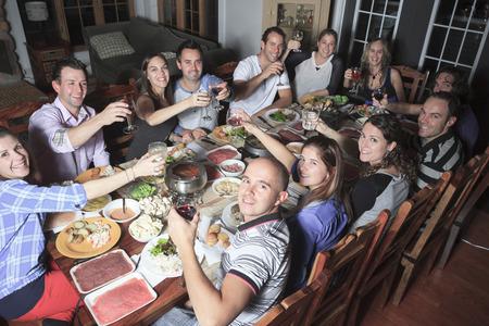 Een fondue diner met vriend op een prachtige plek Stockfoto