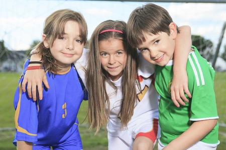 Childen voetballen op zomerseizoen