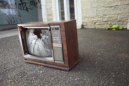 television antigua: Una vieja televisión rota a la izquierda en la calle. Foto de archivo