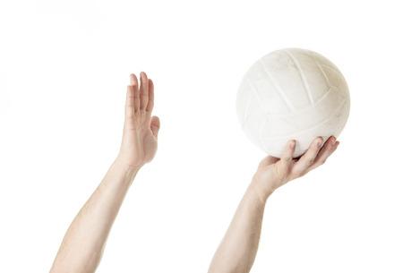 pelota de voley: Un hombre jugador de voleibol haciendo servir en el fondo blanco