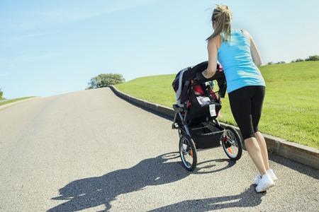 夏の日に赤ちゃんと一緒にトレーニング母