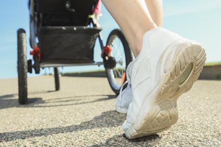 deportista: Un entrenamiento de la madre con el bebé en un día de verano