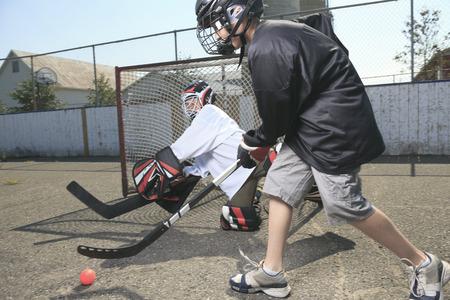 balones deportivos: Un Retrato de jugador de pelota de hockey con palo de hockey Foto de archivo