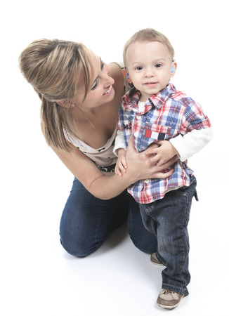 Madre con il figlio. Il ragazzo ha un Apparecchi acustici. Archivio Fotografico - 36879344