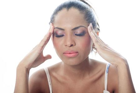 A mulatto person having a concentration problem. Imagens - 36909751