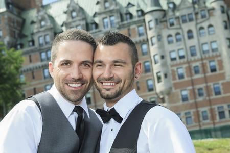 interracial marriage: Ritratto di un amorevole Gay coppia maschile il giorno delle nozze. Archivio Fotografico