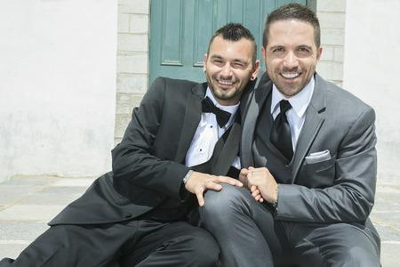 verliefd stel: Portret van een liefdevolle homoseksuele man paar op hun huwelijksdag.