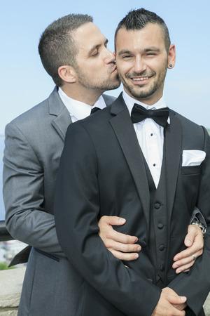 pareja de esposos: Retrato de una pareja de hombres gay amoroso día de su boda.
