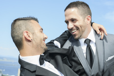 amor gay: Retrato de una pareja de hombres gay amoroso d�a de su boda.