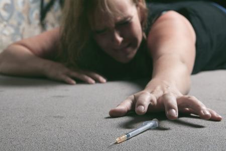 Eine Frau, die schlechte Zeit in einem Tunnel