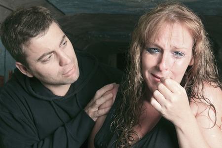 calm down: A uomini consolante donna e cercando di calmarsi.