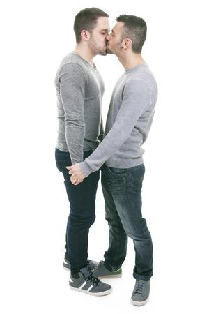 pareja besandose: Una pareja homosexual en un fondo blanco en el estudio