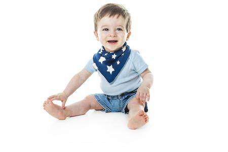 赤ちゃん男の子座る、スタジオの白バック グラウンド