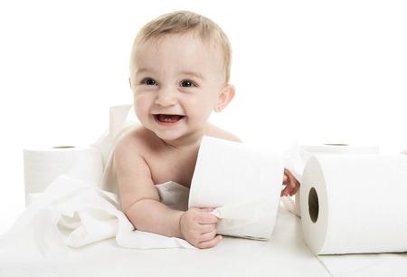 浴室のスタジオでトイレット ペーパーを裂く幼児 写真素材 - 42168659