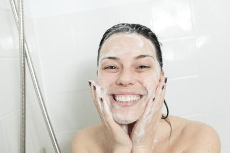 Mujer de la ducha. Feliz sonriente hombro lava de la mujer de la ducha en el baño.