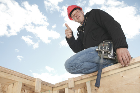 machinerie: A construction men outside with positive thumb