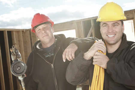 machinerie: Two construction men working outside