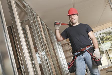 machinerie: A construction men working on a bilding house.