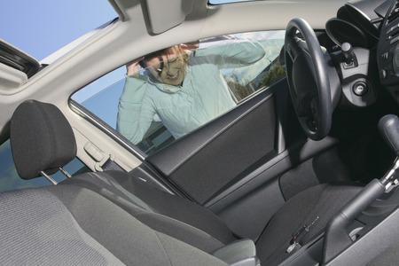 問題を抱えている女性は車。彼女中にキーを失った。 写真素材