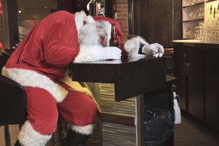 borracho: Un Papá Noel del sueño en el bar. Demasiado borracho. Foto de archivo