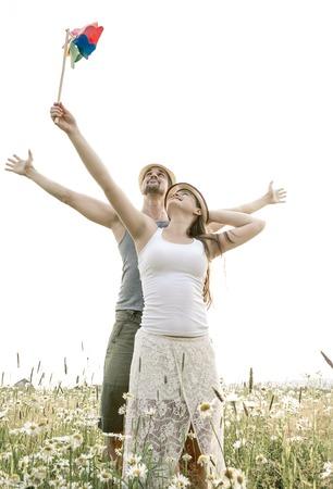 familias felices: Una pareja joven en el amor al aire libre en la puesta del sol Foto de archivo