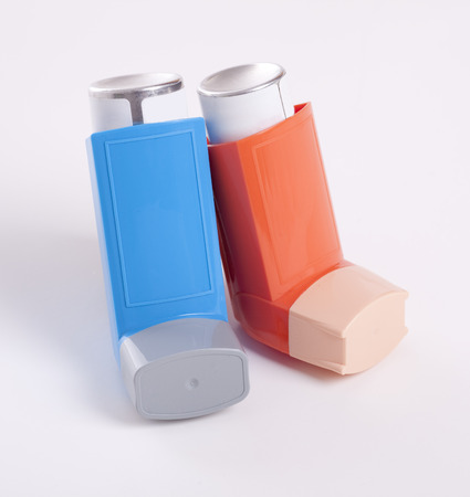 asma: Inhaladores para el asma aislados en un fondo blanco