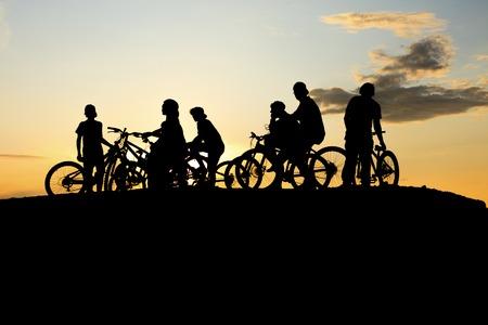 pandilleros: Una cuadrilla de la bici haciendo con una puesta de sol de color amarillo