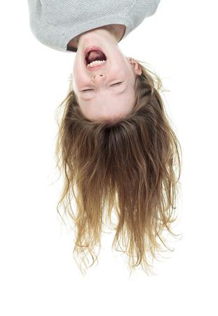cabeza abajo: Boca de la chica joven abajo aislado en blanco