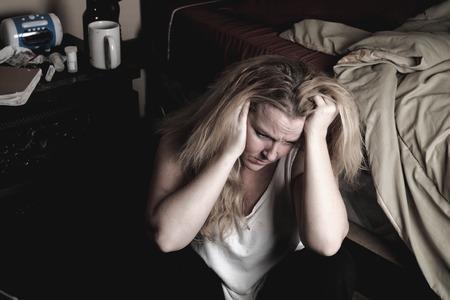 depresión: Una mujer en el interior es dormitorio sentir deprimen.