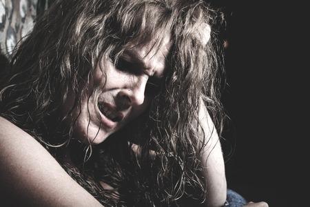 トンネルで悪い時間を過ごして泣いている女 写真素材