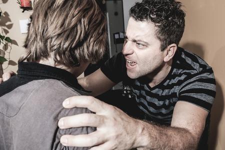 maltrato infantil: Un padre violento golpeó al adolescente de la familia Foto de archivo