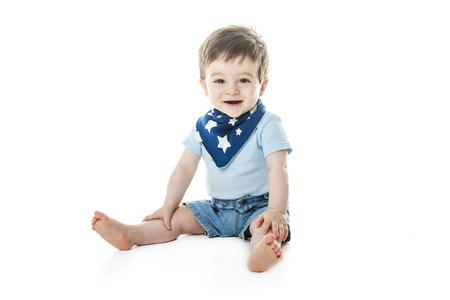Een baby jongen zit het een studio witte achtergrond Stockfoto