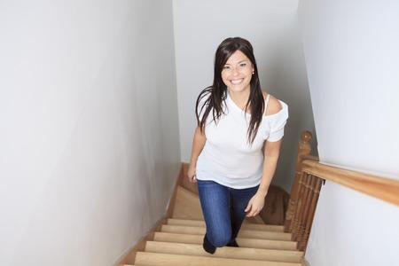 집 ofhis 계단을 산책하는 여자 스톡 콘텐츠