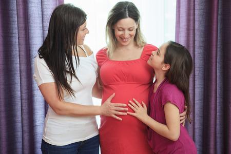 lesbianas: Una mujer embarazada y amigo y el niño Foto de archivo