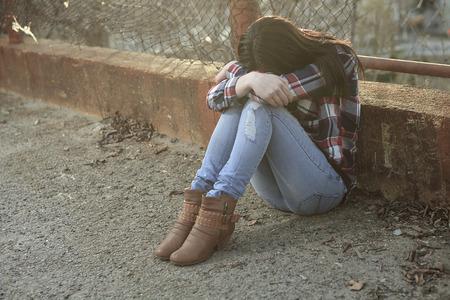 Ein jugendlich Standortwahl auf dem Boden wie depress
