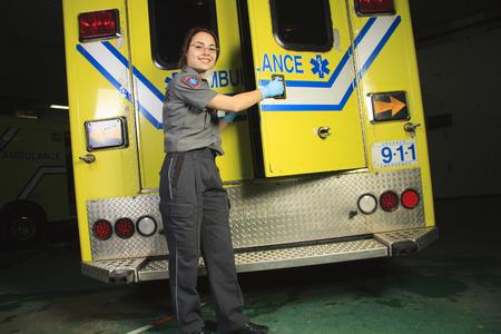 ambulancia: Un paramédico, en la puerta trasera de la ambulancia.