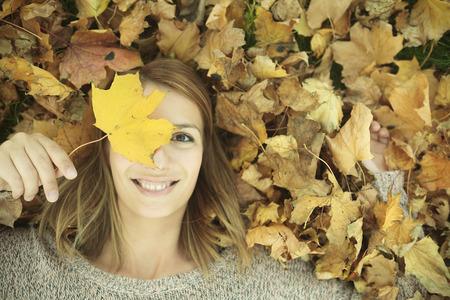 poses de modelos: Una mujer joven en un hermoso parque de otoño, otoño de concepto