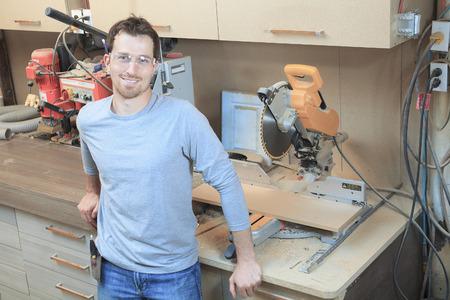 trabajando duro: Un carpintero que trabaja duro en la tienda.