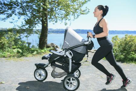 Een jonge moeder joggen met een kinderwagen