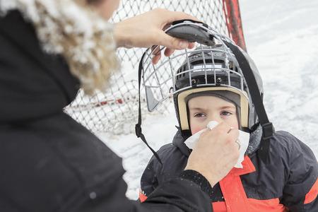 estornudo: Un chico joven quiere estornudar al aire libre.
